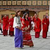 Tag 5  Herzogin Catherine und Königin Jetsun werden von den Mönchen begrüßt.