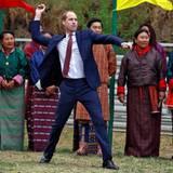 Tag 5  Prinz William versucht sich im traditionellen Dart.