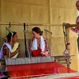 Tag 4  Catherine und William unterhalten sich mit einer Näherin über die handgewebte Kleidung.