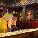 Tag 5  Im Tempel werden Kerzen angezündet.
