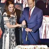 Tag 2  Catherine und William schneiden gemeinsam die Geburtstagstorte an.