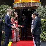 Tag 1  Vor dem Hotel in Mumbai werden sie begrüßt, ehe ihr Besuchsprogramm losgeht.