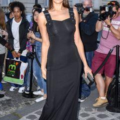 Topmodel Irina Shayk kann es sich leisten, wenn das hautenge Abendkleid auch interessante Einblicke gibt. Wie viele Prominenten besucht sie die Vogue Party auf der Pariser Fashion Week.