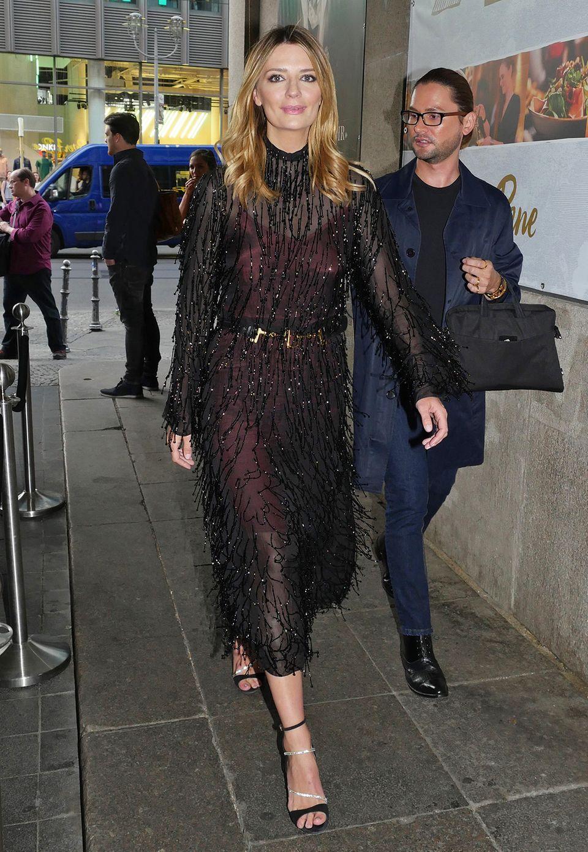 Im glamourös glitzerndem Sheer-Dress von Blumarine besucht Mischa Barton die Stylight Blogger Awards.