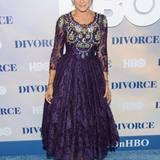 """Sarah Jessica Parkers lilafarbenes und reich besticktes Spitzenkleid bringt etwas Märchesnhaftes auf den blauen Premieren-Teppich der HBO-Serie """"Divorce""""."""