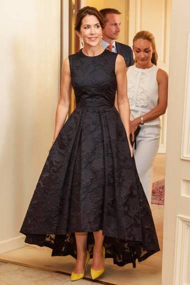 Das Kleid kennen wir doch! Prinzessin Mary zeigt sich mit ihrem High-Low-Spitzenkleid von H&M bei einem Empfang anlässlich der Copenhagen Fashion Summit 2016 auf Schloss Amalienborg.