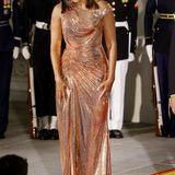Amerikas First Lady Michelle Obama sieht in der Robe von Atelier Versace einfach fantastisch aus.