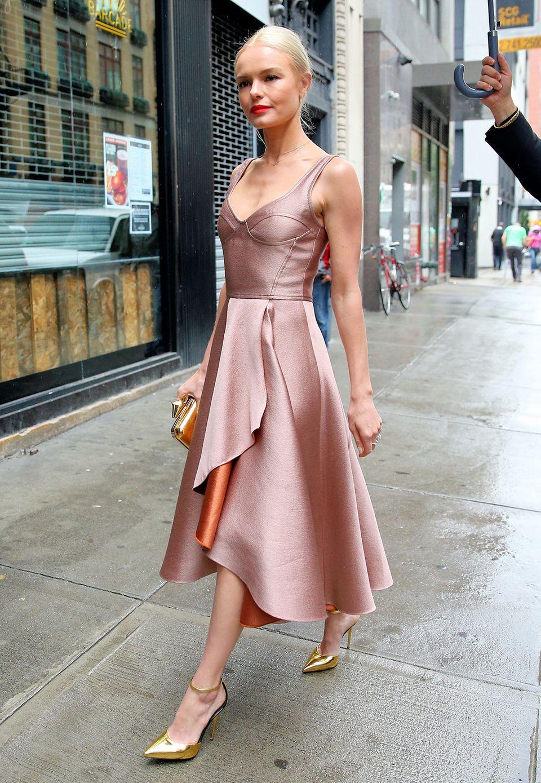 Kate Bosworth, hier auf dem Weg zum roten Teppich eines Kosmetik-Events, erinnert im altrosafarbenen Seiden-Dress an eine zarte Ballerina.