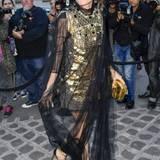 Charlotte Casiraghi erscheint in einem raffinierten Kleid mit Tüllstola zur Vogue Party der Pariser Fashion Week.