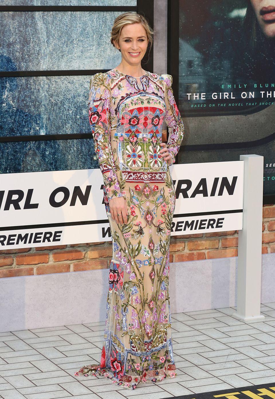 """Das farbenfrohe und aufwendig bestickte Abendkleid von Emily Blunt ist bei der Londoner Premiere von """"The Girl on the Train"""" der absolute Hingucker."""