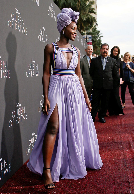 """Wunderschön sieht Lupita Nyong'o im fliederfarbenen Abendkleid mit passenden Kopfschmuck bei der Premiere von """"Queen of Katwe"""" in L.A. aus."""