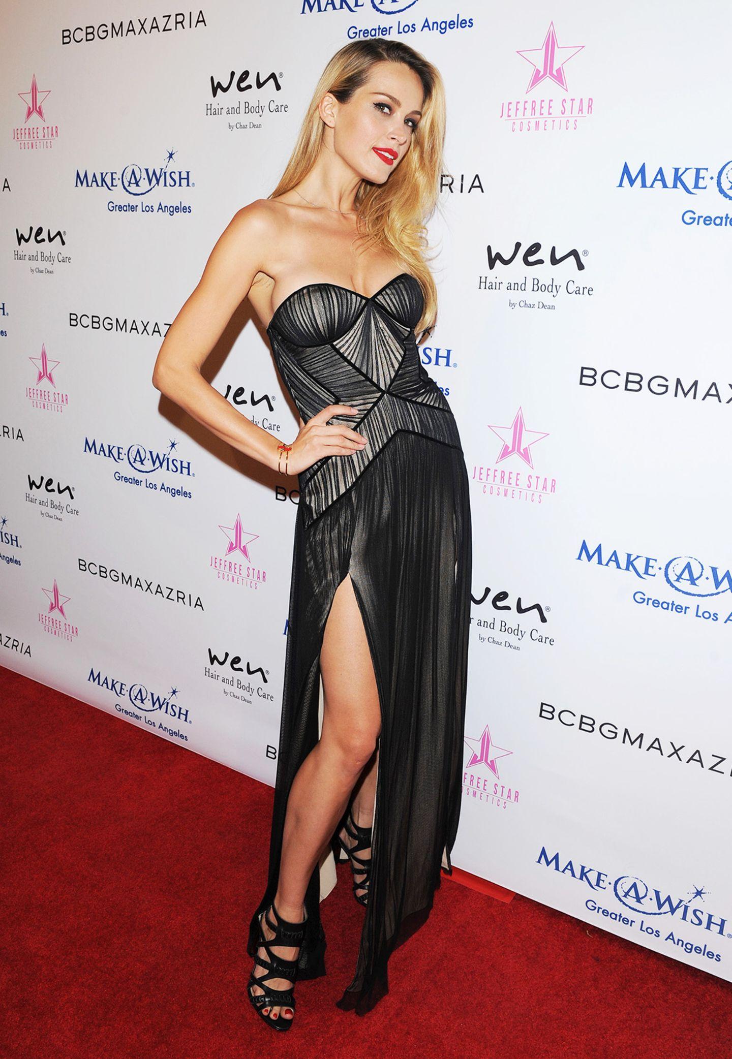"""Topmodel Petra Nemcova zeigt sich bei der """"BCBG Make-a-Wish""""-Fashion-Show in L.A. im schwarzen Bustier-Kleid sexy und glamourös zugleich."""