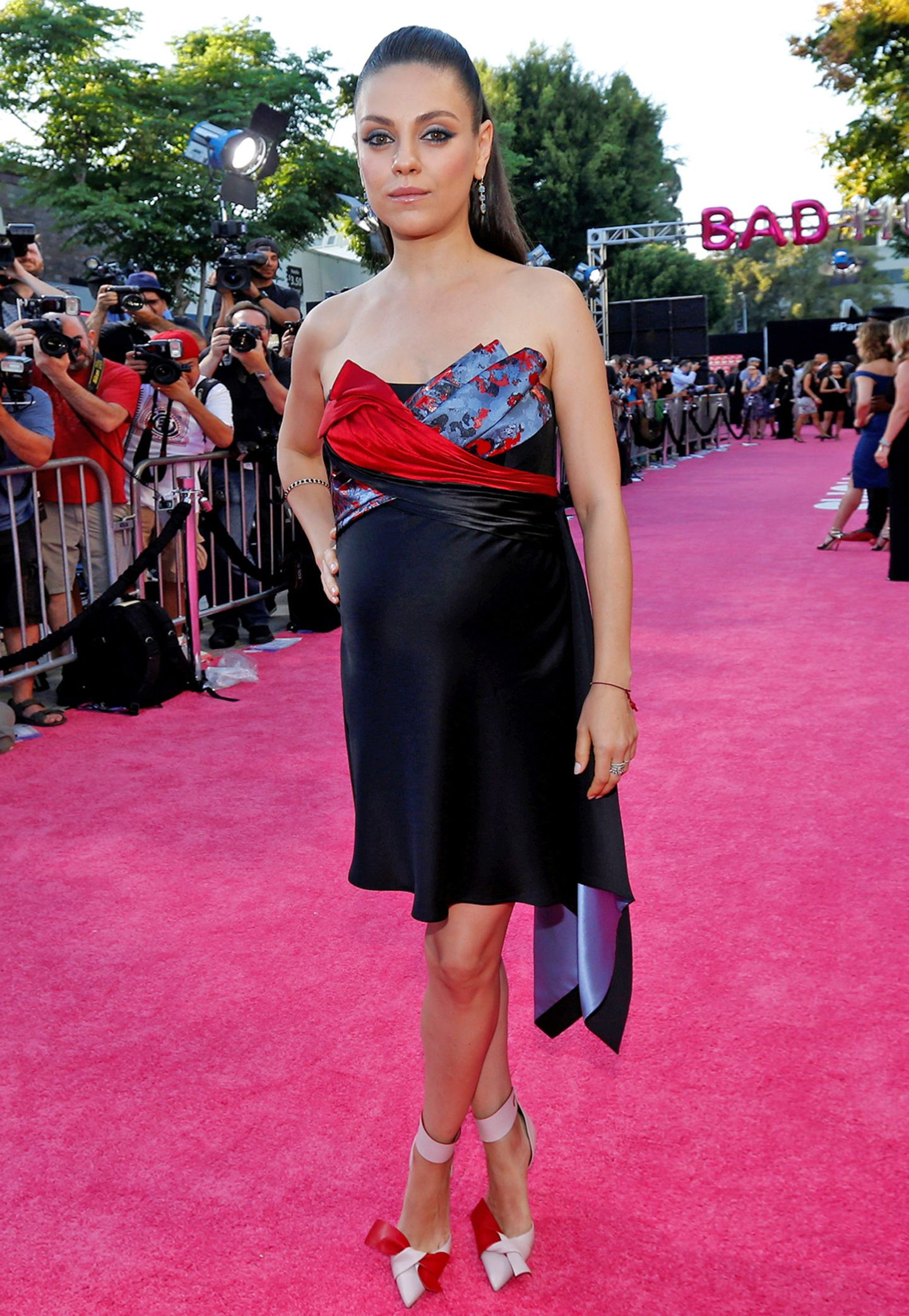 """Im süßen Mini-Dress und Hingucker-Heels von Versace präsentiert Mila Kunis ihren Babybauch bei der """"Bad Moms""""-Premiere in L.A."""