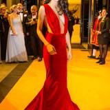 Beim Dreamball im Berliner Ritz Carlton bezauberte besonders Rebecca Mir im rot-samtigen Abendkleid mit tiefen Auschnitt.