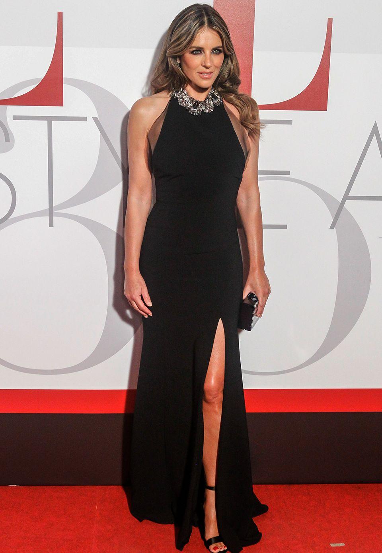 Liz Hurley wertet ihr schwarzes Abendkleid mit einer diamantenbesetzten Kette auf.