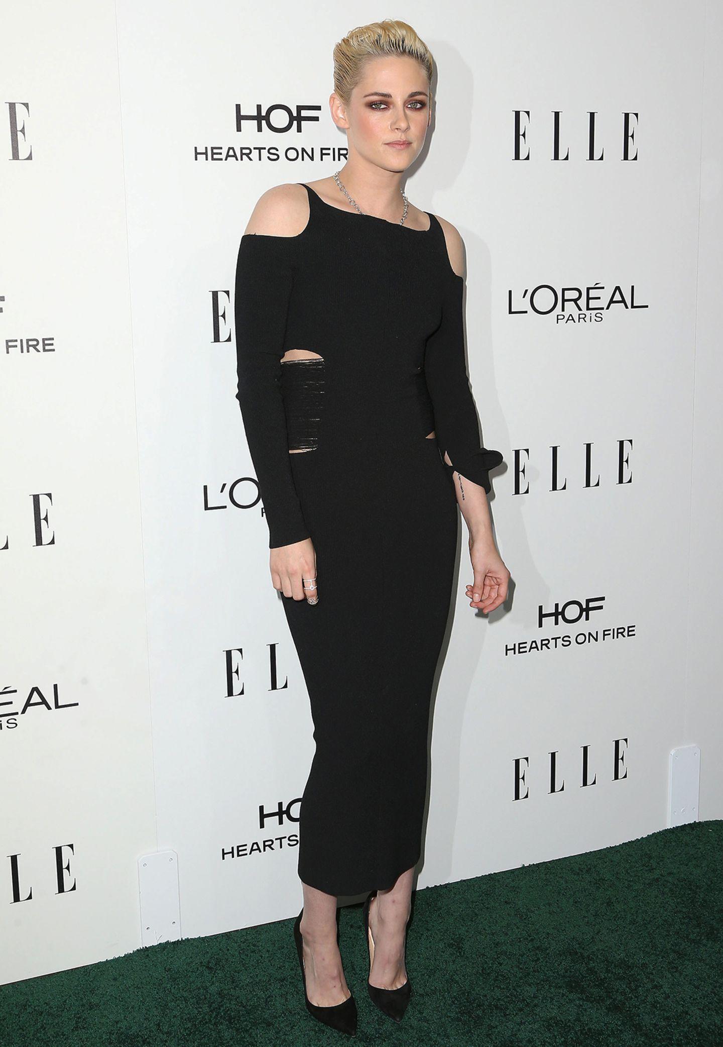 Black is beautiful und funktioniert einfach immer! Für die 23. ELLE Women Awards wählte Kristen Stewart ein schwarzes, enges Kleid mit Cut-Outs.