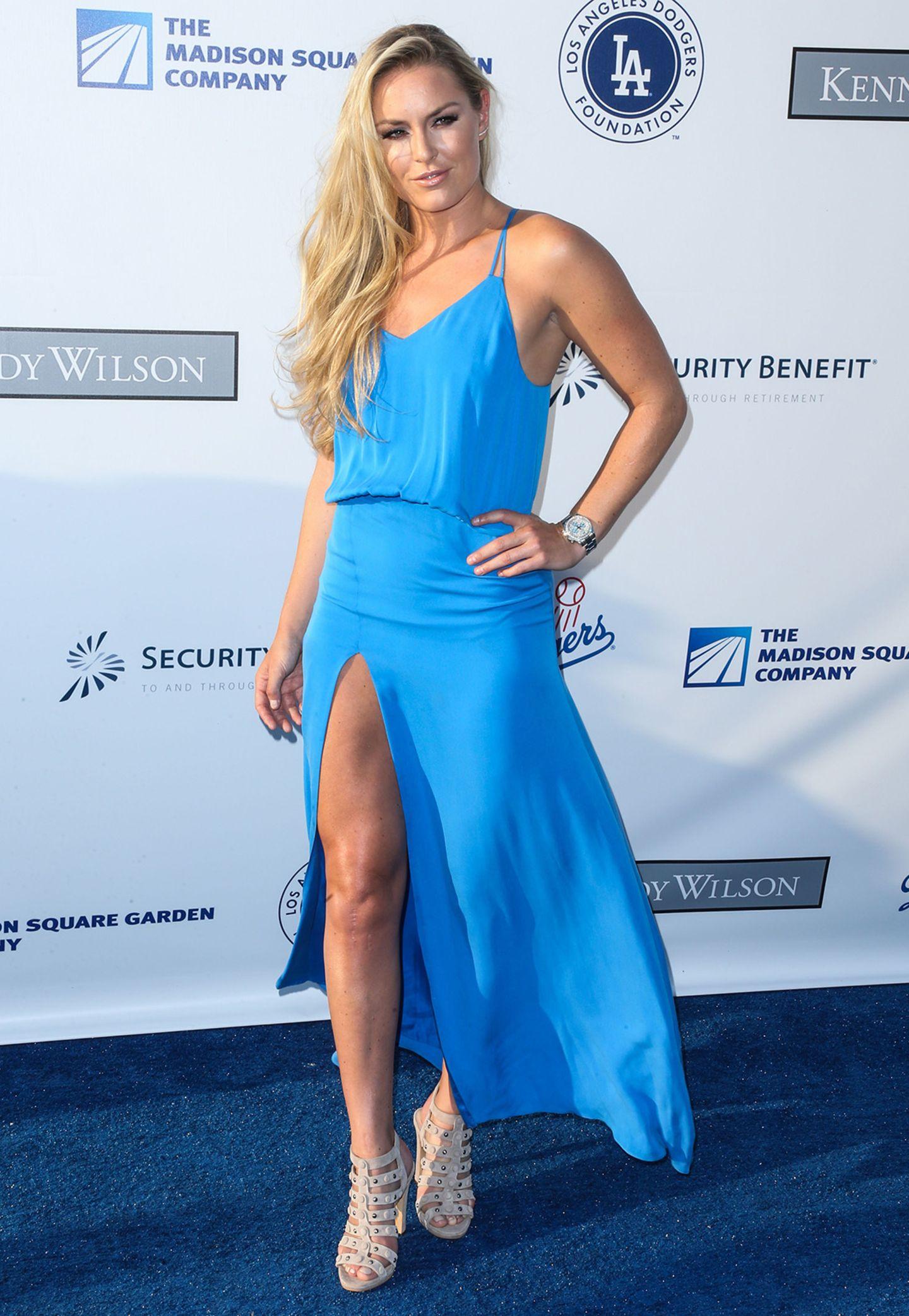Ski-Star Lindsey Vonn macht im blauen, sexy Sommerkleid Lust auf einen Tag am Meer.