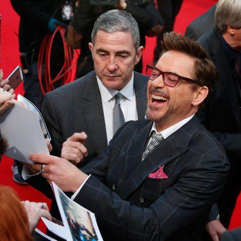 """""""Iron Man"""" Robert Downey Jr. ist nach Berlin gereist um mit seinen Schauspielkollegen den Film """"The First Avenger: Civil War"""" zu promoten. Bei der seiner Ankunft auf dem roten Teppich ist der Schauspieler bester Laune und gibt den wartenden Fans fleißig Autogramme."""