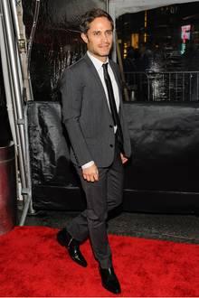 Gut geschnittene Anzüge machen einen attraktiven Mann noch attraktiver. Gael Garcia Bernal hat sich das richtige Exemplar in Anthrazit ausgesucht.