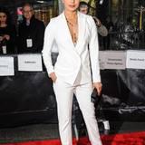 Dass es für den roten Teppich nicht immer ein Abendkleid sein muss, zeigt Bollywood-Star Priyanka Chopra im weißen Anzug und sexy Dekolleté.