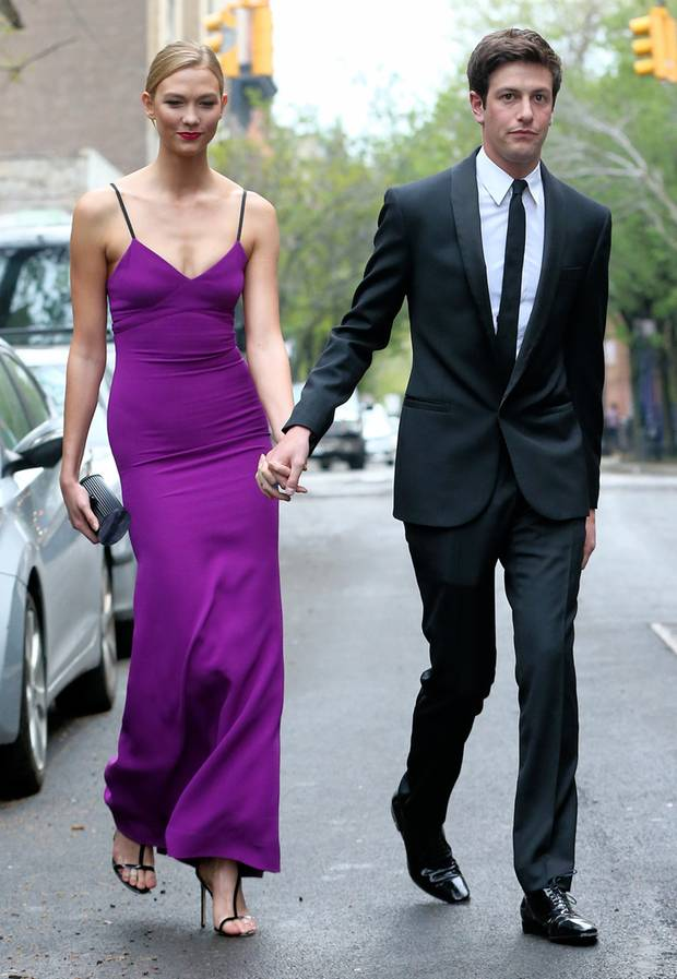 """Bezaubernd: Supermodel Karlie Kloss im eleganten, lilafarbenen Kleid und ihr Freund Joshua Kushner im schicken Anzug kommen zu Fuß zum Lincoln Center, wo die """"Time 100""""-Gala stattfindet."""
