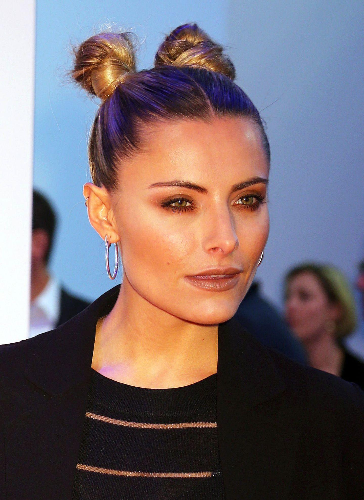 Auf Sophia Thomallas Kopf sehen auch kindliche Frisuren wie dieser Doppel-Dutt noch stylisch aus.