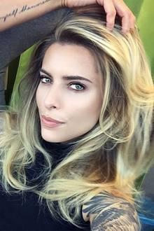 Der Stylist Sascha Gaugel kümmert sich bestens um Sophia Thomallas Haarpracht.