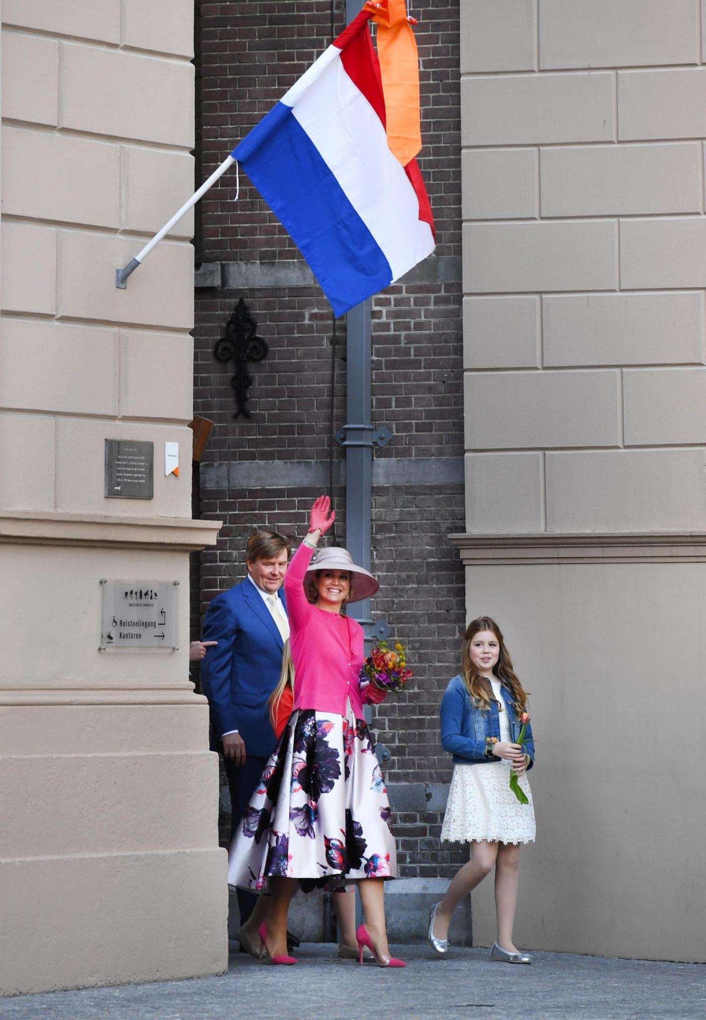 Punkt 11 Uhr zeigt sich die Königsfamilie den wartenden Gratulanden.