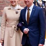 Bei der Ankuft zu den Feierlichkeiten trägt Prinzessin Mary von Dänemark einen Kamelmantel von Oscar de la Renta und einen lilafarbenen Hut.