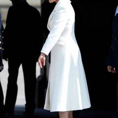 Herrlich frühlingshaft: In einem weißen Ensemble mit weißem Hut feiert Victoria den 70. Geburtstag ihres Vaters König Carl Gustaf.