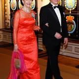 Der Look einer wahren Königin: Silvia von Schweden trägt am Abend eine märchenhafte Robe mit Glitzersteinchen.