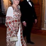 Beatrix der Niederlande trägt eine Abendrobe mit Paisley-Mustern. Ihr Begleiter zum Bankett: Fürst Albert von Monaco. Seine Charlène war wieder einmal nicht mit dabei.