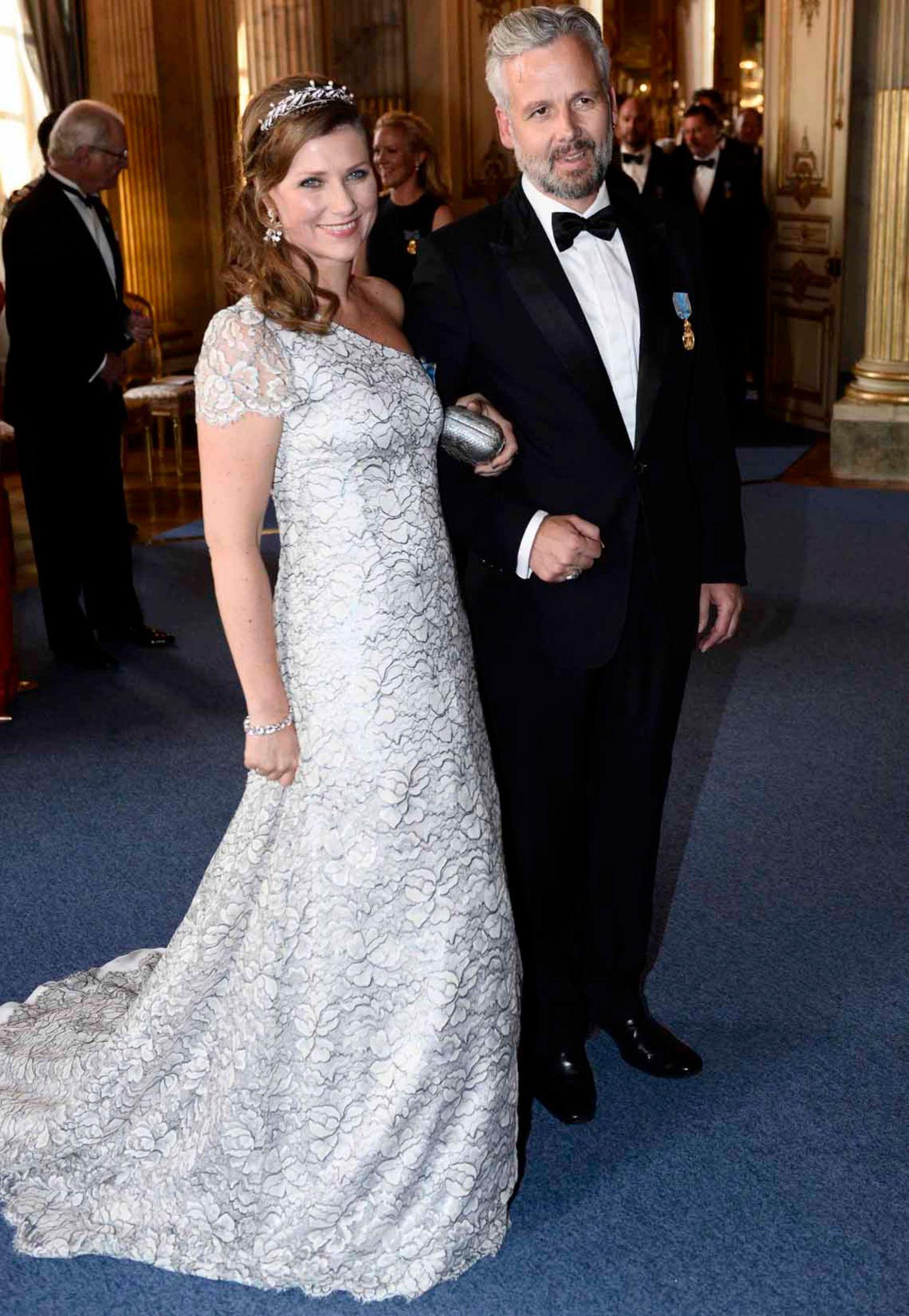 Kleiderwechsel für das abendliche Geburtstags-Bankett: Prinzessin Märtha Louise von Norwegen glänzt in einem wunderschönen One-Shoulder-Abendkleid.
