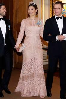 """Ein Traum aus Spitze von Elie Saab (Modell """"Melrose"""") für Prinzessin Victoria! Nur zwei Monate nach der Geburt von Söhnchen Oscar zeigt Victoria ihren After-Baby-Body beim Geburtstags-Bankett von König Carl Gustaf. Auf ihrem Kopf trägt sie das Diadem von Prinzessin Lilian."""