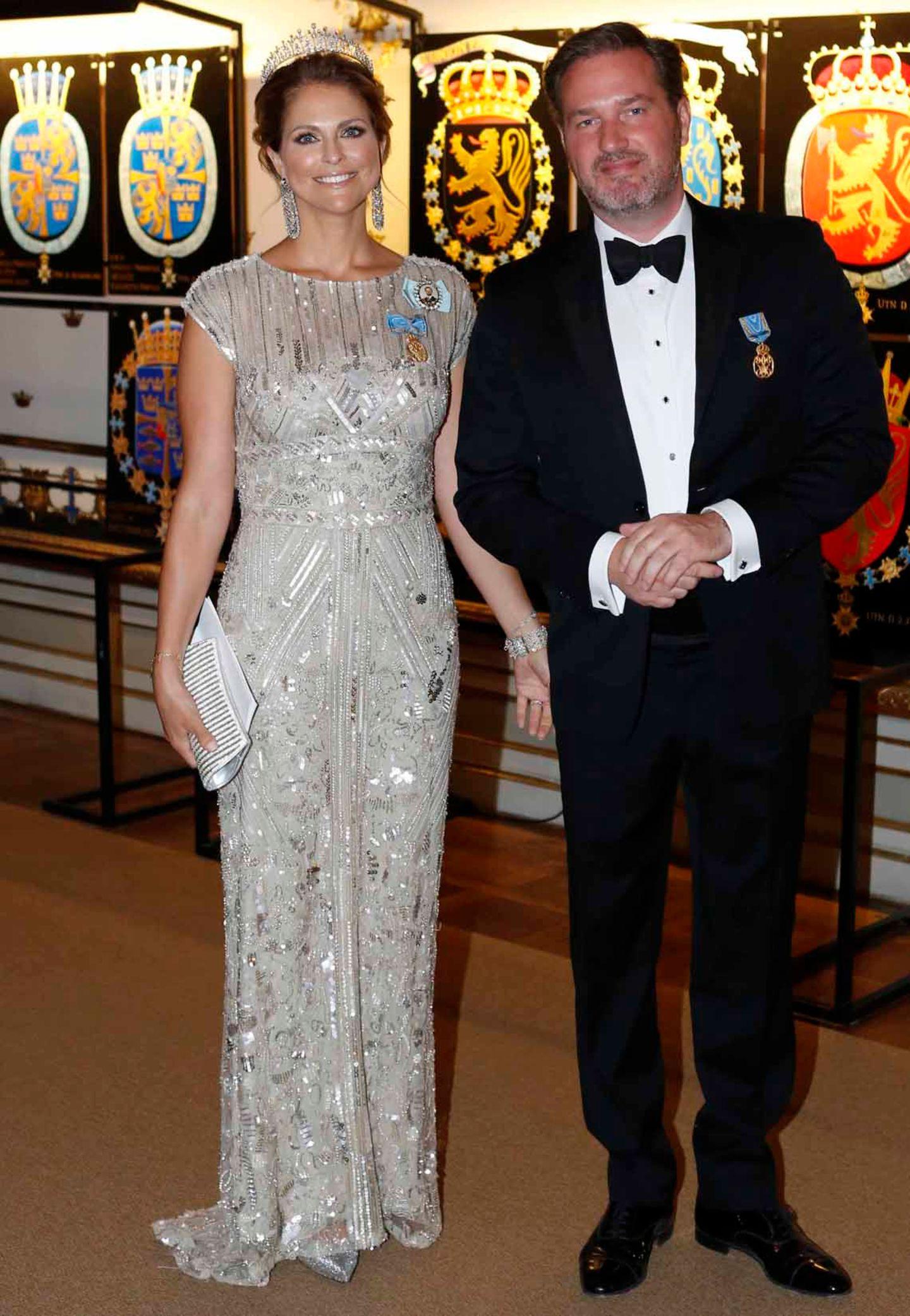 Zum feierlichen Geburtstags-Bankett von König Carl Gustaf am Abend (30. April 2016): Madeleine stahl mit ihrem Paillettenkleid von Elie Saab fast allen Gästen die Show. Auf ihrem Kopf funkelt das Diadem, welches sie bereits zu ihrer Hochzeit trug. Auch das Kleid erinnert an ihre Hochzeit, denn sie trug es am Abend vor ihrer Eheschließung mit Chris O'Neill.