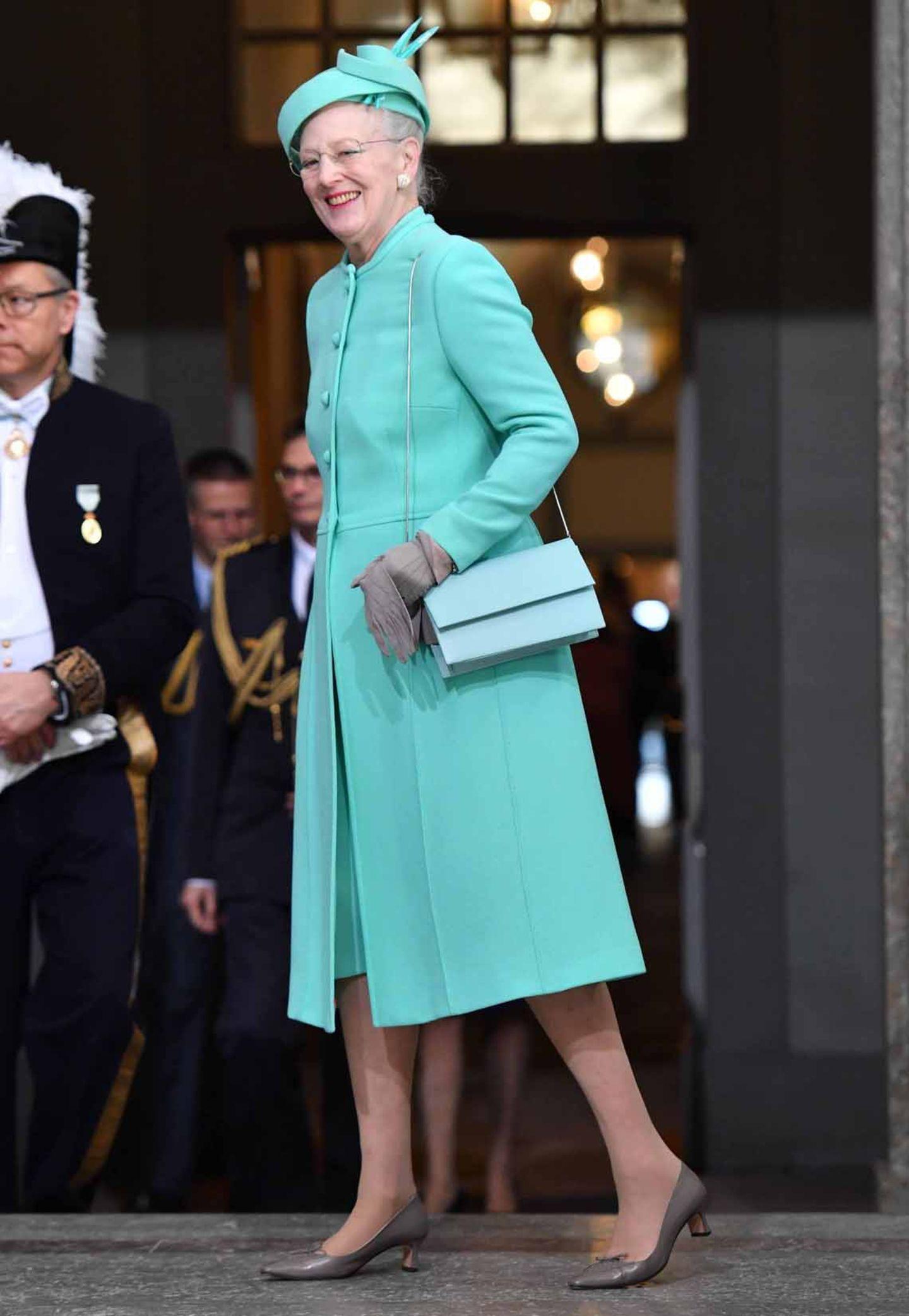 Königin Margrethe von Dänemark wählt wie immer eine kräftigere Farbe. Zur Feier von König Carl Gustaf kommt sie in einem türkisfarbenen Outfit.
