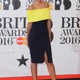 """Moderatorin Maya Jama setzte bei den Brit Awards 2016 auf den schulterfreien Neon-Look des Label """"8th Sign""""."""