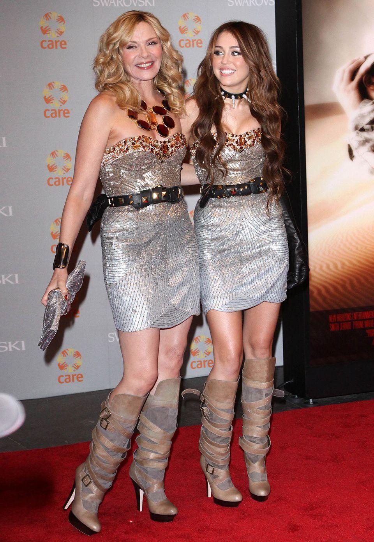 """Kim Cattrall und Miley Cyrus glitzern, ganz in ihrer Rolle, am Filmset von """"Sex And The City 2"""" im silbernen Dress von Matthew Williamson um die Wette."""