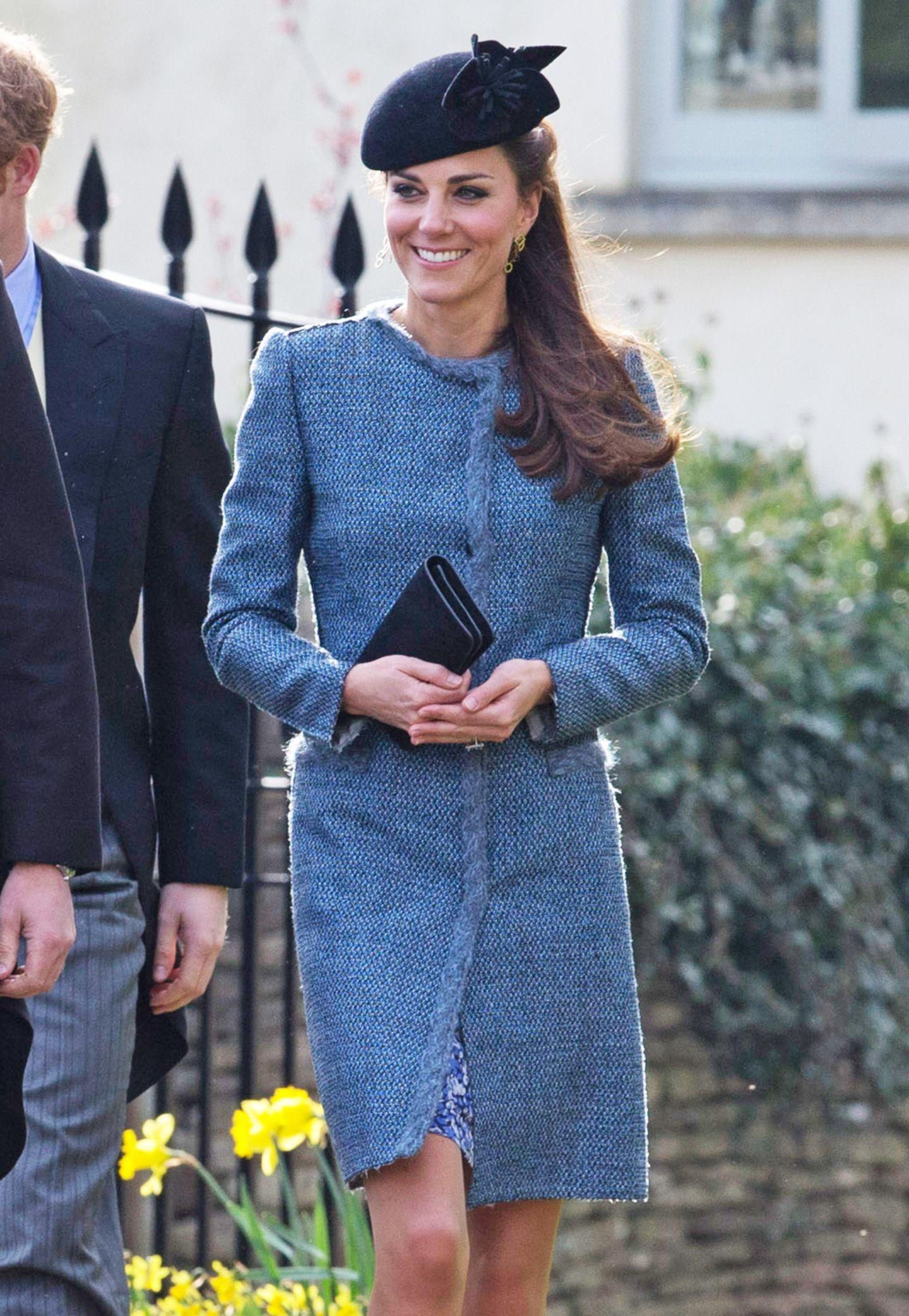 Herzogin Catherine besuchte im März 2014 die Hochzeit ihrer guten Freunde Lucy Meade und Charlie Budgett im blauen Tweed-Mantel von Missoni.