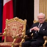 Puh, König sein ist harte Arbeit, denkt sich Carl Gustaf von Schweden, und sinkt noch ein paar Zentimeter tiefer in seinen Stuhl. Aber für einen väterlichen Blick reicht seine Energie noch.