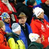 2015 bei den Nordischen Skiweltmeisterschaften in Falun: Carl Gustaf ist begeisterter Sportsmann und feuert gerne die schwedischen Mannschaft an. Aber zwischen Skimützen und Gesichtsbemalungen wirkt sein Jägerhütchen so, als ob er gar nicht dazugehören will.
