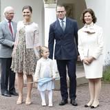 Zum Victoriatag im Juli 2015 ist die Familie angetreten und harrt vor dem Schloss Solliden freundlich lächelnd der Gratulanten. Sogar Miniprinzessin Estelle hält sich so ziemlich n ihren Platz in der ersten Reihe - Carl Gustaf hingegen ist schon wieder fast auf der Flucht