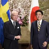 2016, der schwedische Monarch trifft auf Japans Premier Shinzo Abe. Und sogar der sprichtwörtlich wenig emotionale Asiate kann sich ein klitzekleines Lächeln abringen. Carl Gustaf hält mit steinerner Miene dagegen.