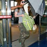 2. August 2013: Die schwangere Megan Fox wird am New Yorker Flughafen JFK vor den Paparazzi abgeschirmt.