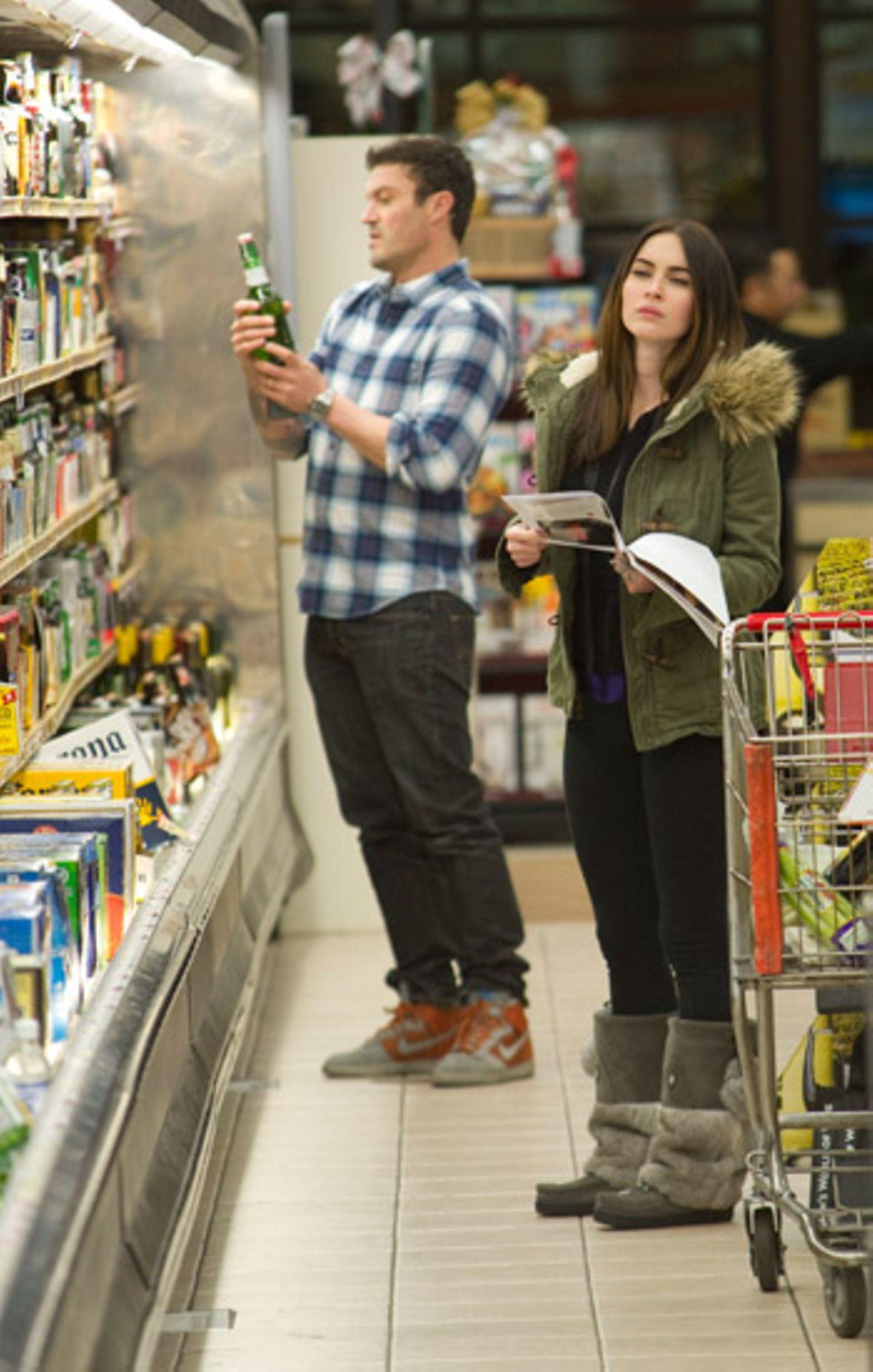Damit beim Kochen auch nichts schief geht, kaufen Megan Fox und Brian Austin Green nach Anleitung ein.