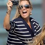 August 2015  Auch die niederländische Königin Máxima macht sich als Paparazzo gut. Bei einer Regatta in Amsterdam hält sie den Moment für das Familienalbum fest.