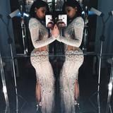 Kylie Jenner präsentiert ihr Gala-Outfit mit einem Selfie im Spiegel.