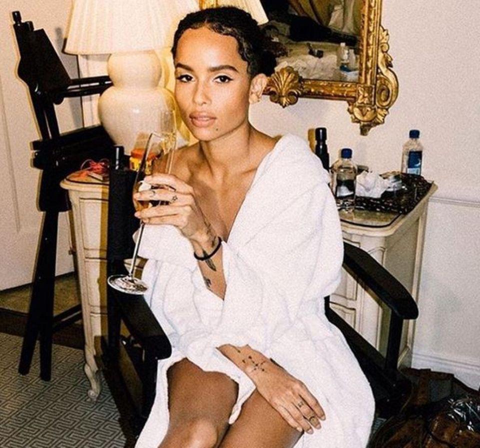 Zoe Kravitz trinkt sich vor der Gala in Feierlaune.