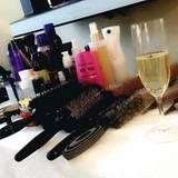 Kate Hudson bereitet sich mit Schampus und Lockenbürste auf die Gala vor.