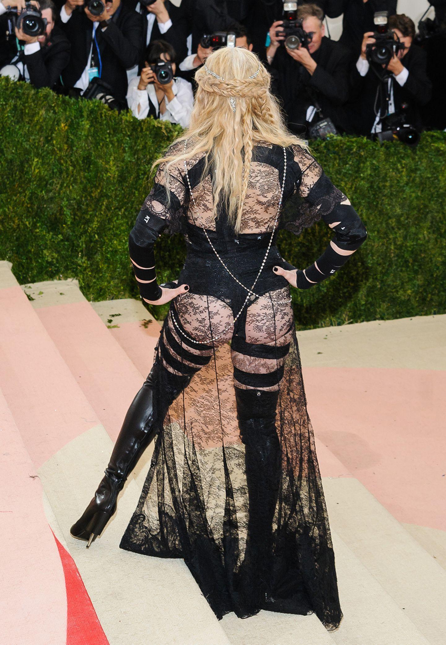 Kaum zu glauben, aber die Rückansicht von Madonnas Met-Look ist sogar noch schlimmer als die Frontansicht.